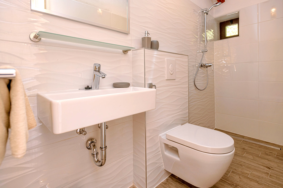 Villa 1: bathroom 2
